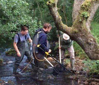 Volunteers-Electrofishing-on-the-River-Tyne-Simone-Price